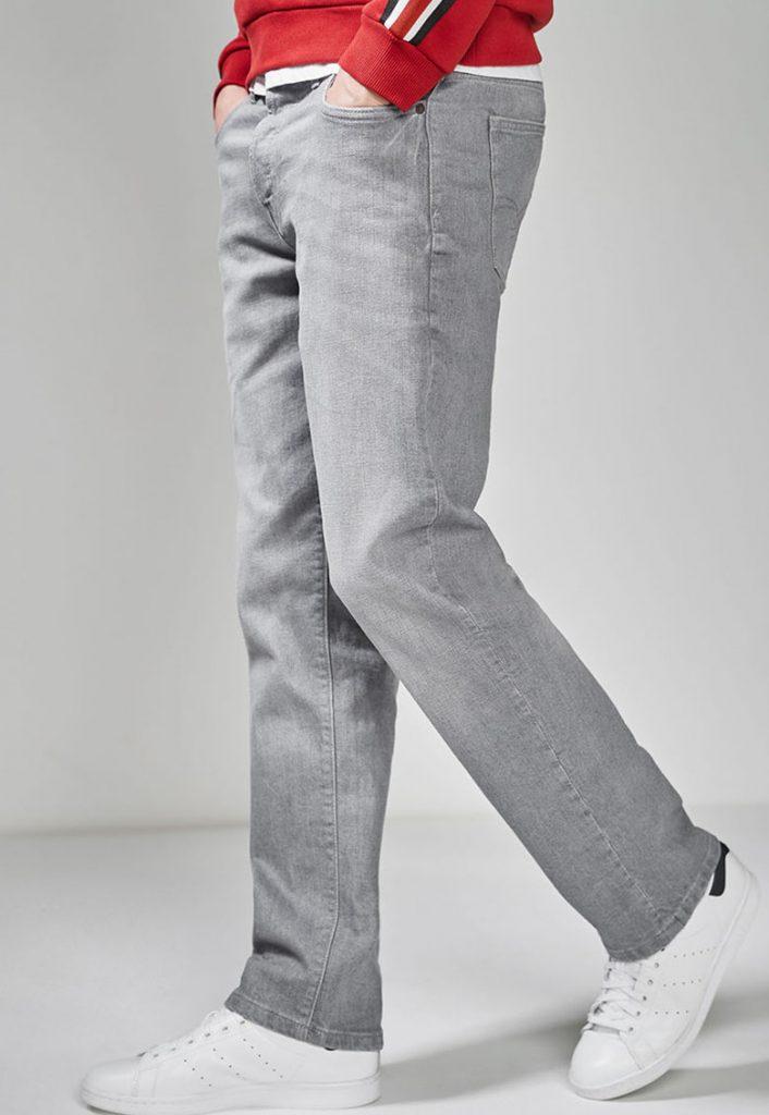 Blugi din material elastic - cu croiala dreapta